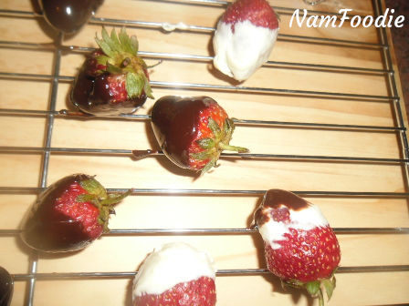 chocolate covered strawberries close